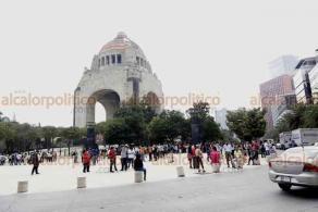 Ciudad de México, 2 de julio de 2020.- En la explanada del Monumento a la Revolución, cientos de personas fueron desalojados del edificio de la CTM tras una alerta de sismo de aplicación con origen en Oaxaca, pero por su magnitud no se activaron los altavoces.