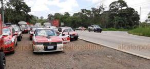 Coatepec, Ver., 3 de julio de 2020.- Taxistas de la región de Huatusco que se dirigían a la Xalapa para manifestarse, fueron intervenidos por Tránsito y Transporte Público en la carretera Coatepec-Las Trancas. Un grupo acudió al Palacio de Gobierno a dialogar.