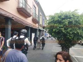 """Xalapa, Ver., 3 de julio de 2020.- La tarde de este viernes, en el Centro de Xalapa, un sujeto fue detenido al parecer por portar gramos de droga conocida como """"cristal"""". Tras ser señalado por transeúntes, elementos de la Policía Vial y SSP procedieron a arrestarlo."""