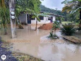 Ixtaczoquitlán, Ver., 3 de julio de 2020.- Familias asentadas en Barrio San Antonio se vieron afectadas por la lluvia, que anegó calles, patios y viviendas.