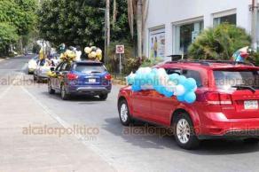 """Xalapa, Ver., 4 de julio de 2020.- Este sábado, graduados de la Escuela """"Morelos"""" celebraron haber concluido su preparación con un desfile por el centro de la Capital, en autos adornados para la ocasión."""