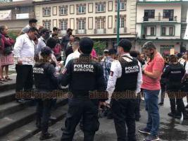 Xalapa, Ver., 4 de julio de 2020.- Tras tres días sin poder enterrar el cuerpo de Joel Baena, familiares y amigos se manifestaron brevemente en la calle Enríquez, exigían al gobierno poder ingresar el cuerpo al panteón Bosques de Xalapa.
