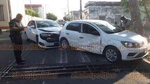 Veracruz, Ver., 4 de julio de 2020.- Unos visitantes de la CDMX colisionaron en calles Netzahualcóyotl y Mario Molina de la colonia Centro, al no respetar la preferencia de paso. Al punto se trasladaron los agentes de vialidad y de la Cruz Roja.