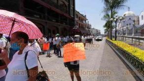 """Córdoba, Ver., 6 de julio de 2020.- Con pancartas donde cuestionan """"¿Por qué los restaurantes sí y nosotros no?"""", propietarios y empleados de bares piden volver a trabajar."""