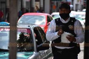Xalapa, Ver., 6 de julio de 2020.- Este lunes, elementos de la Policía Municipal se pusieron a repartir cubrebocas en el Centro de la ciudad. El alcalde Hipólito Rodríguez advirtió que comenzarían a multar a quienes no lo porten.