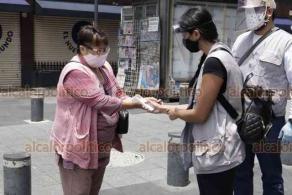Ciudad de México, 6 de julio de 2020.- En la zona del Zócalo, paseo Madero y Bellas Artes, el flujo de personas aumentó considerablemente durante el anuncio del semáforo naranja y se aplican protocolos sanitarios y se da información a los transeúntes.