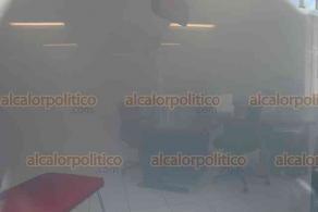 Xalapa, Ver., 7 de julio de 2020.- La sanitización de la sucursal Banorte en la esquina de Ávila Camacho y Clavijero movilizó a policías, pues se pensó que el banco se estaba incendiando.