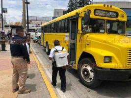 Xalapa, Ver., 7 de julio de 2020.- En la avenida Lázaro Cárdenas, a la altura de Plaza Crystal, personal de Tránsito Estatal entregó cubrebocas y sanitizó vehículos particulares y de transporte público, a fin de evitar aumento de contagios por Coronavirus.