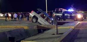 Coatzacoalcos, Ver., 7 de julio de 2020.- La camioneta de lujo terminó dentro de un canal de aguas negras a la altura del malecón costero y la avenida Javier Anaya, al poniente de la ciudad.