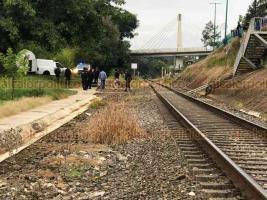 Xalapa, Ver., 8 de julio de 2020.- Personal de la Policía y de Servicios Periciales se movilizó a la altura de la USBI y la calle Rébsamen, junto a las vías del tren, donde un hombre fue hallado sin vida, colgado de barandal, en aparente suicidio.