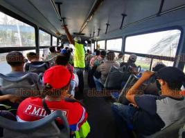 Veracruz, Ver., 8 de julio de 2020.- Camiones urbanos cumplen sus rutas repletos de pasajeros ante la falta de supervisión de las autoridades; la mayoría de los usuarios no usa cubrebocas y no se respeta la sana distancia entre éstos.