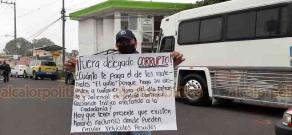 Coatepec, Ver., 9 de junio de 2020.- Integrantes de la Alianza Mexicana de Organización de Transportistas (AMOTAC) se manifiestan afuera de la Delegación de Tránsito del Estado; piden la destitución del Delegado.
