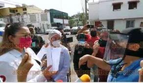 """Veracruz, Ver., 9 de julio de 2020.- Personal de la PMA intentó clausurar el Crematorio """"La Luz"""" por falta de licencias. Aunque colocaron sellos, los dueños del lugar terminaron por quitarlos. Autoridades advirtieron que serán denunciados."""