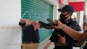 Xalapa, Ver., 10 de julio de 2020. Elementos de la Policía Estatal detuvieron a joven porque presuntamente los insultó. Arresto ocurrió en la calle Enríquez, en la entrada al Pasaje Tanos.