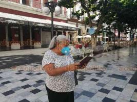Veracruz, Ver., 10 de 2020.- Por una hora, en el zócalo porteño, con biblia en mano y separados, 12 evangélicos oraron por la recuperación de la ciudad ante la pandemia.
