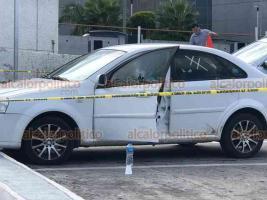 Xalapa, Ver., 10 de julio de 2020.- Sujetos armados intentaron despojar a un hombre de su vehículo, en pleno estacionamiento de Plaza Crystal. Incluso, dispararon una vez para intimidar y rompieron el vidrio de un golpe. Al no lograr su objetivo, se dieron a la fuga.