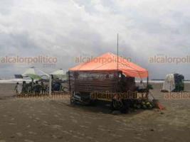 Boca del Río, Ver., 11 de julio de 2020.- Desde temprana hora, palaperos colocaron las mesas y sillas en la playa y los meseros invitaban a los transeúntes a pasar.