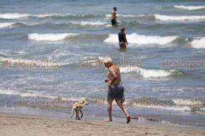 Boca del Río, Ver., 12 de julio de 2020.- Este domingo hubo afluencia de ciudadanos en las playas de la zona conurbada, mismas que fueron reabiertas al público desde el pasado viernes. En Villa del Mar se registró una importante afluencia de turismo proveniente de Puebla y CDMX.