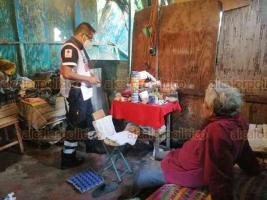 Veracruz, Ver., 13 de julio de 2020.- Paramédicos de la Cruz Roja acudieron a la vivienda de don Felipe, en la calle Fausto Martínez de la Dos Caminos, para brindarle ayuda alimenticia y un chequeo médico.