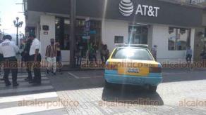 Córdoba, Ver., 15 de julio de 2020.- Personal de Transporte Público del Estado cerró las avenidas 1 y 3, además de las calles 1,2, 3 y 5 para disminuir la movilidad en el Centro. La dirección de Comercio restringió el horario de los negocios de 10:00 a 18:00 horas y sólo estarán abiertos los negocios esenciales.
