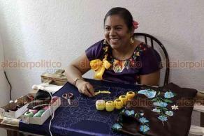 Ciudad de México, 16 de julio de 2020.- Mónica Matus López es una bordadora de huipiles originaria de Chicapa de Castro, Oaxaca. Además de aretes, dijes, pulseras y anillos de cristal, ante la pandemia por COVID-19 elabora cubrebocas con flores coloridas.