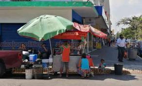 Veracruz, Ver., 1° de agosto de 2020.- Este sábado, se notó regular afluencia de personas en la zona centro, donde se mantienen cierres viales por tercera semana, de viernes a domingo.