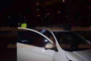 Boca del Río, Ver., 2 de agosto de 2020.- En la avenida Ruiz Cortines, un auto a exceso de velocidad chocó contra la base del barandal de concreto del distribuidor vial de los Voladores de Papantla, destrozando la dirección y arrancando una de las llantas del vehículo.
