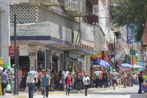 Xalapa, Ver., 2 de agosto de 2020.- La afluencia de personas se incrementó este domingo sobre la calle Revolución, especialmente en los distintos negocios ubicados a los costados de esta vía.