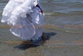 Veracruz, Ver., 2 de agosto de 2020.- Jóvenes con trajes típicos jarochos acudieron a playas en Villa del Mar este domingo para promover el folclor veracruzano entre turistas. Afirman que no habían salido desde que la pandemia inició.