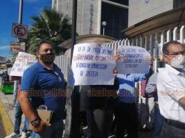 Xalapa, Ver., 3 de agosto de 2020.- Integrantes del Colegio de Abogados Juristas del Estado, encabezados por Valentín Olmos, protestaron afuera del Poder Judicial para exigir que se reactive, ante la suspensión de labores hasta el 14 de agosto.