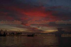 Veracruz, Ver., 4 de agosto de 2020.- Así se vio el amanecer este martes desde el puerto. Este día se espera ambiente caluroso en la zona conurbada.