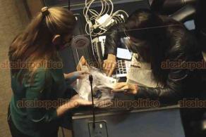 Ciudad de México, 5 de agosto de 2020.- La senadora Verónica Camino regaló cubrebocas a sus compañeros tras iniciar la sesión para prevenir contagios por COVID-19.