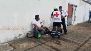 Veracruz, Ver., 6 de agosto de 2020.- Camioneta Urvan terminó volcada tras chocar contra dos autos estacionados, en avenida Lafragua. Al sitio acudieron Policía y Tránsito municipales. Conductor fue atendido por paramédicos de la Cruz Roja.