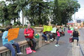 """Xalapa, Ver., 6 de agosto de 2020.- Las despensas que repartió el Ayuntamiento """"la verdad dan vergüenza"""", dijeron vendedores del parque Juárez al demandar al alcalde Hipólito Rodríguez que los deje trabajar. Cerraron la calle Enríquez para presionar."""