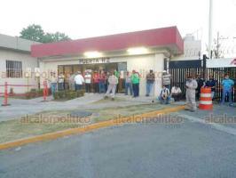 Poza Rica, Ver., 6 de agosto de 2020.- Este jueves, trabajadores inconformes que reclaman pagos atrasados nuevamente bloquearon los accesos a las oficinas administrativas de PEMEX.