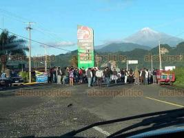 Coscomatepec, Ver., 6 de agosto de 2020.- Ruleteros señalan que unidades piratas y clonadas que son solapadas por Delegado de Transporte Público afectan a taxistas que sí tienen su documentación en regla.