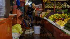 """Coatepec, Ver., 6 de agosto de 2020.- Este miércoles, locatarios del mercado """"Miguel Rebolledo"""" hicieron limpieza en sus locales como parte de las medidas sanitarias ante pandemia. Posteriormente, en coordinación con el Ayuntamiento, se desinfectó todo el inmueble."""