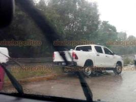 Coatepec, Ver., 6 de agosto de 2020.- Esta tarde de lluvia, en la carretera Xalapa-Coatepec, una camioneta se accidentó a la altura de Río Sordo. Tránsito atendió el percance.