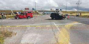 """Perote, Ver., 7 de agosto de 2020.- Conductor de una camioneta color verde murió tras impactarse contra una pipa de PEMEX sobre la carretera Perote-Altotonga, a la altura de """"El Trébol"""", al parecer se quedó al volante. Otro vehículo resultó dañado en el percance."""