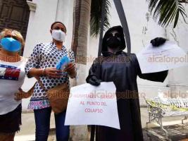 Veracruz, Ver., 7 de julio de 2020.- Como en Xalapa, la Muerte también se paseó por el Zócalo porteño para pedir a la población que atienda las medidas de precaución por la pandemia de COVID-19.