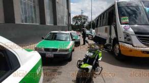 Xalapa, Ver., 7 de agosto de 2020.- Elementos de Tránsito del Estado retiraron y sancionaron a taxistas que se encontraban estacionados en lugar prohibido sobre la avenida Antonio Chedraui Caram, a un costado de Plaza Crystal.