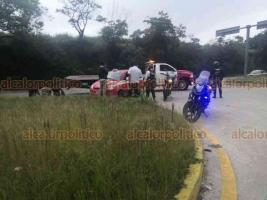 Xalapa, Ver., 7 de agosto de 2020.- Conductor del taxi 462 de Coatepec perdió el control al intentar tomar el segundo retorno de la carretera Coatepec-Xalapa, la unidad se impactó contra el camellón sin que resultaran personas lesionadas. Policía vial abanderó la zona mientras que Tránsito se hacía cargo del accidente.