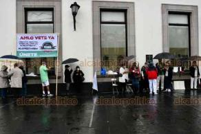 Xalapa, Ver., 8 de agosto de 2020.- Pese a la lluvia, integrantes del Frente Nacional AntiAmlo (FRENAAA) se manifestaron esta mañana en plaza Lerdo.
