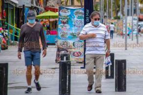 Veracruz, Ver., 9 de agosto de 2020.- En la zona del malecón y paseo Villa del Mar algunos bañistas y peatones se desplazan sin cubrebocas o portándolo de manera incorrecta.