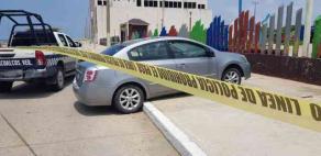 Coatzacoalcos, Ver., 9 de agosto de 2020.- Según se reportó, policías tuvieron que disparar a las llantas de un Nissan Sentra para que los ladrones que iban a bordo no escaparan. El vehículo terminó arriba de la banqueta del parquecito de Playa Sol.