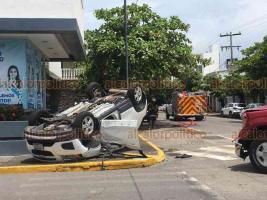 Veracruz, Ver., 10 de agosto de 2020.- Dos camionetas chocaron, volcando una de ellas en el cruce de la avenida Valentín Gómez Farías y la calle de Alacio Pérez. Al sitio acudieron Bomberos, Cruz Roja, policías y agentes de Tránsito.