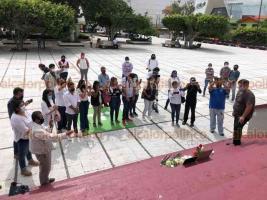 Coatzacoalcos, Ver., 10 de agosto de 2020.- En el parque Independencia, periodistas de Coatzacoalcos colocaron un altar para la excomunicadora y alcaldesa de Moloacán, Victoria Rasgado, quien falleció este domingo por Coronavirus.