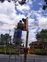 Xalapa, Ver., 10 de agosto de 2020.- Personal de Tránsito del Estado reinstaló el semáforo que fue derribado el pasado sábado en un accidente automovilístico, sobre la carretera Xalapa-Veracruz en el retorno de Las Trancas.