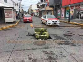 Veracruz, Ver., 10 de agosto de 2020.- En la avenida Lafragua y calle Alacio Pérez se hundió el pavimento, por lo que algunas personas colocaron una llanta para alertar a los automovilistas del desperfecto.