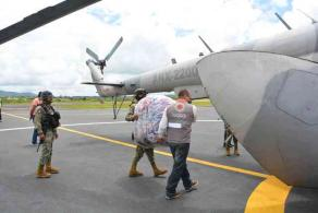 """Xalapa, Ver., 11 de agosto de 2020.- El Gobierno Estatal, en coordinación con la Marina, trasladó vía aérea 1.5 toneladas de insumos para la región del Totonacapan afectada por lluvias. """"A esto se sumarán otras 1.5 toneladas, aproximadamente, que llegarán vía terrestre"""", se informó."""